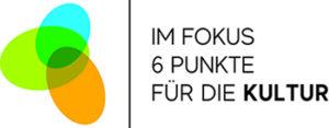 Ein grün gelb orangenes Logo mit ineinander verschränkten Eierformen. Rechts Daneben Schrift : Im Fokus 6 Punkte für die Kultur.